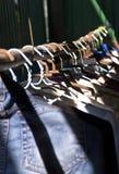 Gehangen kleren binnenshuis Stock Foto