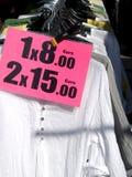 Gehangen kleren op een straatmarkt stock foto's