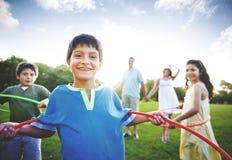 Geheel de Samenhorigheidsconcept van Familiehula Hooping in openlucht Stock Fotografie
