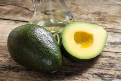 Geheel en besnoeiing in halve Avocado Royalty-vrije Stock Foto
