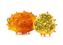 Geheel en gehalveerd fruit Kiwano   Stock Foto