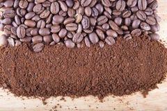 Geheel en grond geroosterde koffie op een hout Stock Foto's