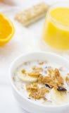 Geheel korrelgraangewas en jus d'orangeontbijt Stock Fotografie