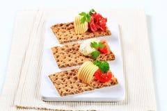 Geheel korrelknäckebrood met diverse bovenste laagjes royalty-vrije stock foto