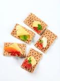 Geheel korrelknäckebrood met diverse bovenste laagjes stock foto's
