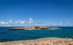 Geheel in rotseiland van de kust van Laie, Oahu, Hawaï Royalty-vrije Stock Foto