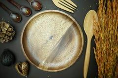 Geheel tarwebrood op houten schotel op zwarte achtergrond Stock Foto