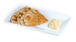 Geheel tarwepitabroodje met hummus Stock Afbeeldingen