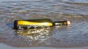 Geheim bericht in de fles op het strand stock footage