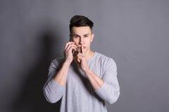 Geheim, geheimzinnigheid Stilteteken door de jonge mens wordt getoond die Royalty-vrije Stock Fotografie