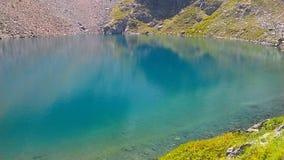 Geheim, kalm bergmeer in de Alpen stock fotografie