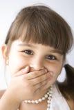 Geheim. Mooi nieuwsgierig meisje met een parel Stock Afbeeldingen