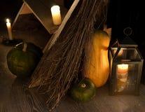 Geheim stilleven met trap, kaarsen en pompoenen in heksenhuis stock foto