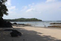 Geheim tropisch strand in de Vreedzame Oceaan stock afbeeldingen