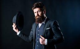 Geheim werfen Sie M?nnliche formale Mode Detektiv im Hut Reifer Hippie mit Bart Grober kaukasischer Hippie mit dem Schnurrbart lizenzfreies stockbild
