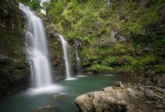 Geheimer hawaiischer Wasserfall tief in den Dschungeln von Maui stockfotografie