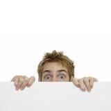 Geheimer Spion, der hinter Zeichen sich versteckt Lizenzfreie Stockfotografie