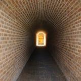 Geheimer Tunnel, der zu magische Tür führt Stockfotografie