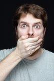 Geheimes Konzept - Mann überraschte durch Klatschnachrichten Lizenzfreie Stockfotos