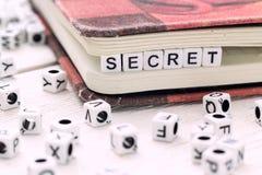 Geheimes Wort geschrieben auf weißen Block Stockfotos