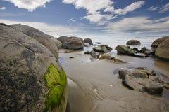 Geheimnis Moeraki Fluss-Steine in pazifischem Meer Lizenzfreies Stockbild