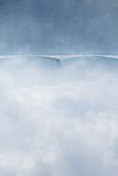 Geheimnisbrücke im Nebel bewölkt Wintersaison stockfotografie