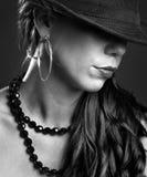 Geheimnisfrau mit Hut lizenzfreies stockbild