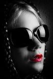 Geheimnisfrau mit Schal und Sonnenbrille Stockfotos