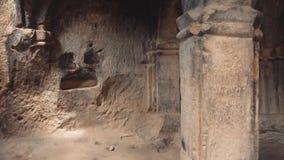 Geheimnisse und Geheimnisse von alten Marksteinen und von Gebäuden in Georgia, das Innere einer kalten Steinhöhle in einem Felsen stock video