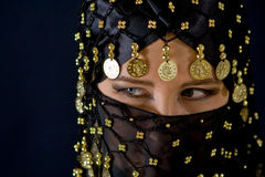 Geheimnisvolle östliche Frau im schwarzen Schleier Lizenzfreies Stockfoto