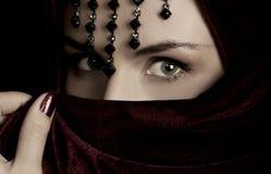 Geheimnisvolle Frau. Stockfotos