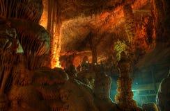 Geheimnisvolle Leuchte an der Höhle Stockfoto