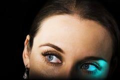 Geheimnisvoller flüchtiger Blick Stockfotos