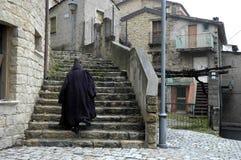 Geheimnisvoller Mann auf Treppen Stockfotografie