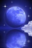Geheimnisvoller Mond und Sterne über Wasser Lizenzfreie Stockfotos
