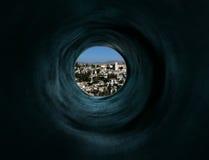 Geheimnisvoller Tunnel zur exotischen Paradiesstadt Lizenzfreies Stockbild
