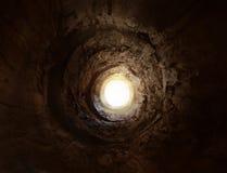 Geheimnisvoller Tunnel zur Leuchte Stockfoto