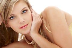 Geheimnisvolles blauäugiges blondes in den Perlen Stockbild