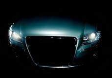 Geheimnisvolles modernes Auto in den Schatten Stockbild