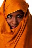 Geheimnisvolles weibliches Gesicht in der ockerhaltigen Hauptverpackung Lizenzfreie Stockfotografie