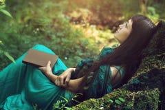 Geheimzinnig beeld van een mooie vrouw in hout Eenzaam geheimzinnig meisje op achtergrond van wilde aard Vrouw op zoek naar zich Stock Fotografie