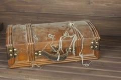 Geheimzinnig gesloten kabinet De doos van pandora De houten Borst van de Schat Het vinden van een geheimzinnige houten doos Royalty-vrije Stock Foto
