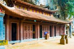 Geheimzinnig houten boeddhistisch de pagode complex onderhol van tempelbich dong, Tam Coc, Ninh Binh, Vietnam stock foto