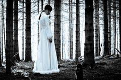 Geheimzinnig meisje in donker griezelig bos Royalty-vrije Stock Fotografie