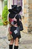 Geheimzinnig meisje in heksen` s kleren en hoed royalty-vrije stock afbeelding