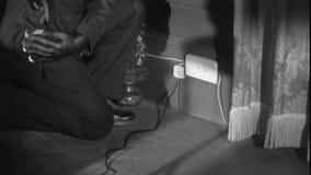 Geheimzinnig mensenknipsel en tearing van het bureau van de telefoonlijn thuis stock videobeelden