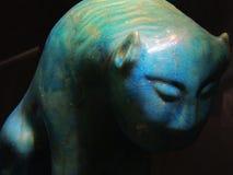 Geheimzinnig turkoois katachtig beeldhouwwerk stock foto