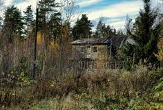 De antieke houten griezelige verlaten verwaarlozing van het huis van het landbouwbedrijf stock - Behang ingang gang ...