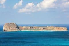 Geheimzinnige Balos-baai, eiland Kreta, Griekenland In het azuurblauwe overzees zijn er bergen die met het water worden gescherpt royalty-vrije stock foto