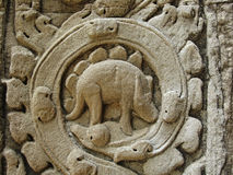 Geheimzinnige bashulp die afschilderend een dinosaurus in Angkor, Kambodja snijden Royalty-vrije Stock Afbeeldingen